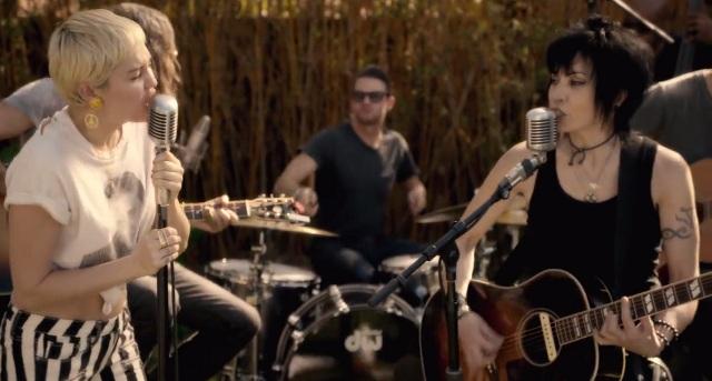 Miley Cyrus e Joan Jett tocam juntas