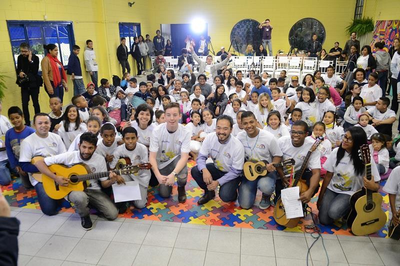 Quinn Sullivan visita ONG em periferia de São Paulo