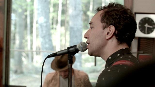 Albert Hammond Jr. toca single em estúdio na sua casa