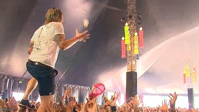 Músico apanha copo de cerveja no ar em festival na Holanda - assista