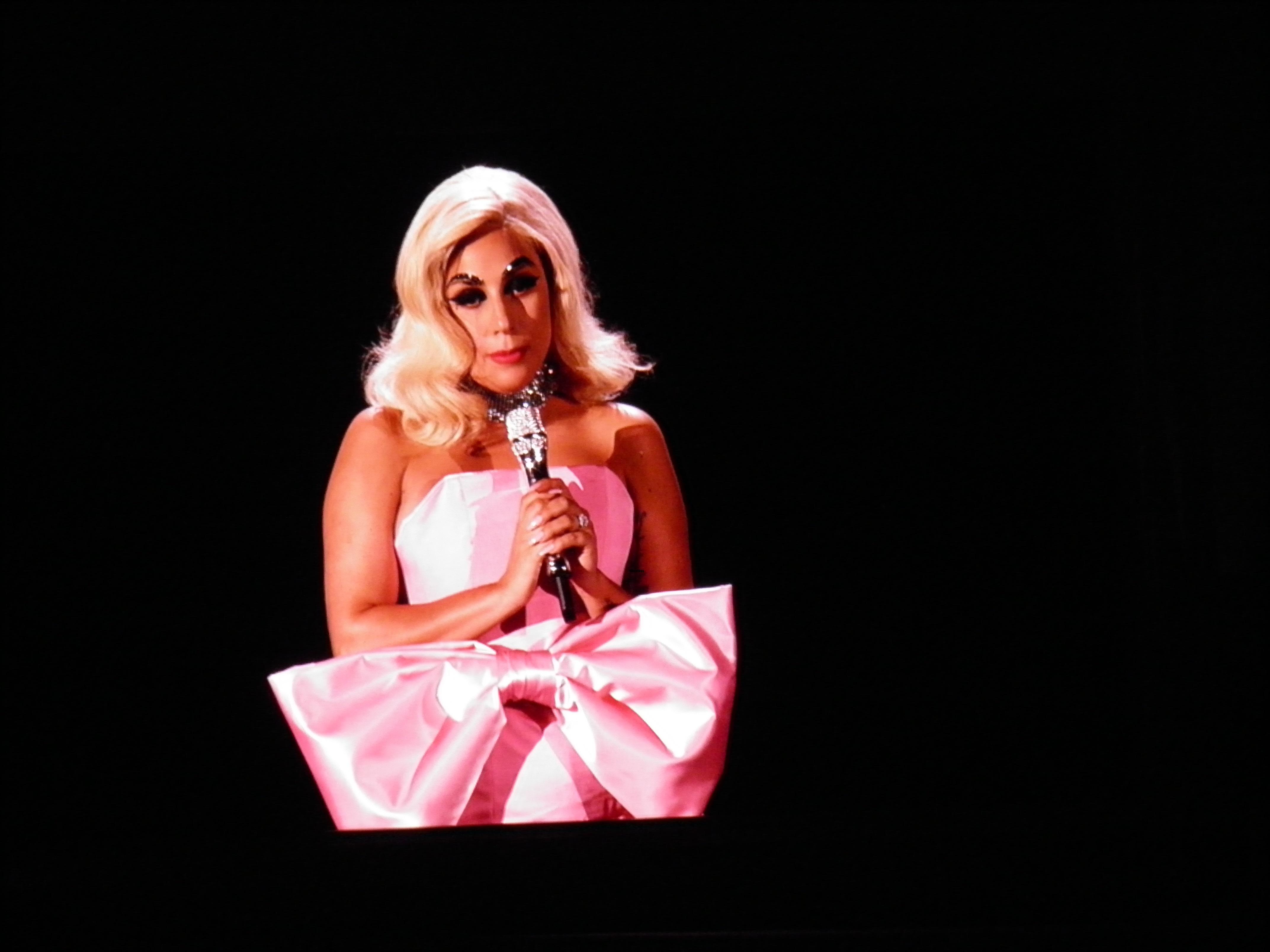 Lady Gaga canta clássico de Édith Piaf