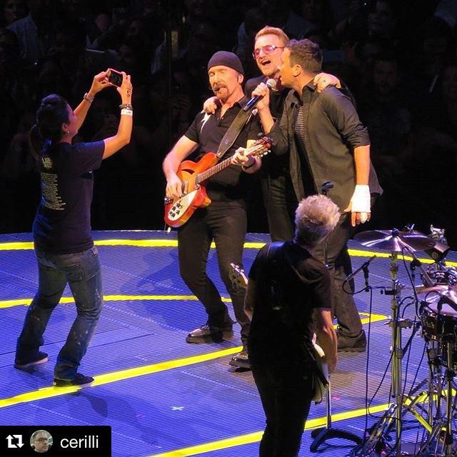 Jimmy Fallon e The Roots cantam com U2