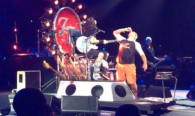 Dave Grohl bebe cerveja com fã em show do Foo Fighters