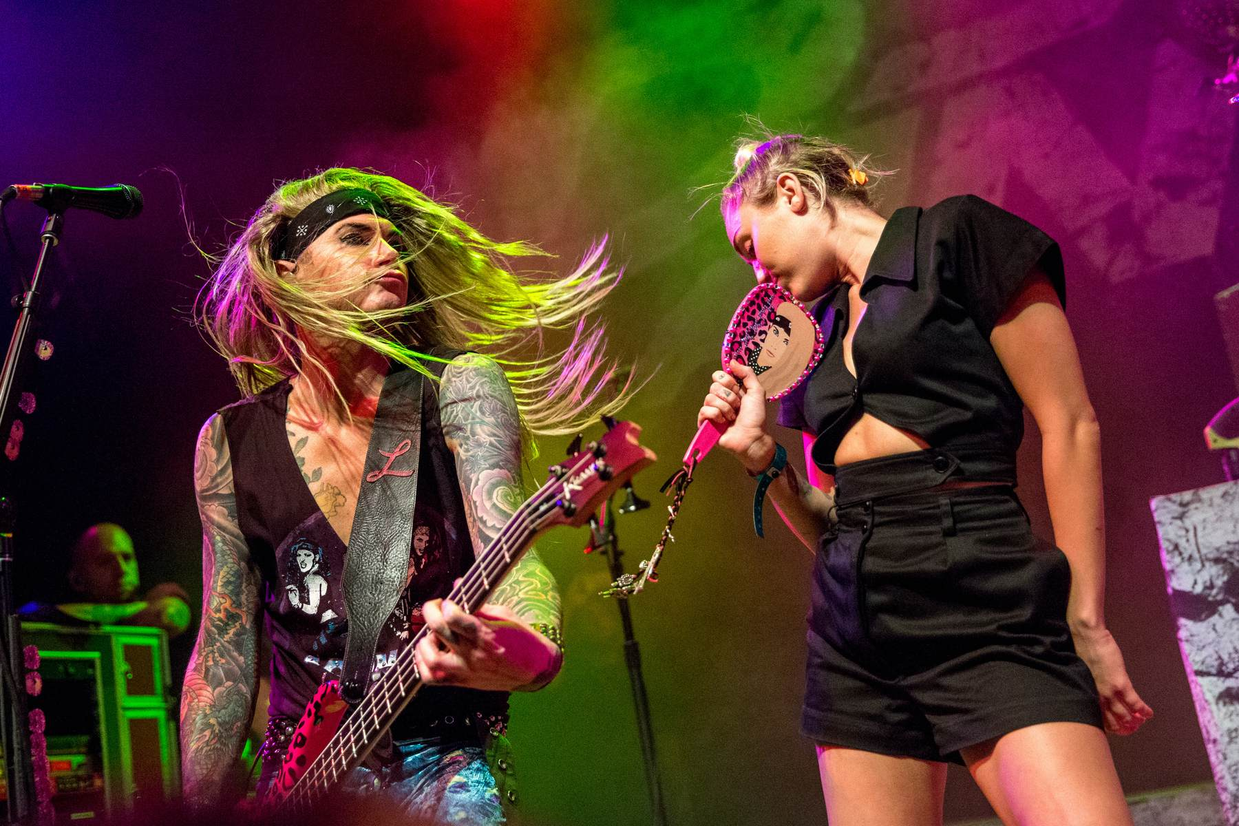 Miley Cyrus canta com Steel Panther