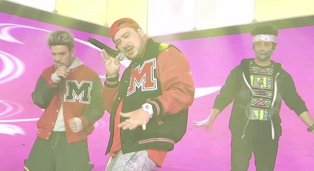 Mumford & Sons toca como boy band em programa de TV