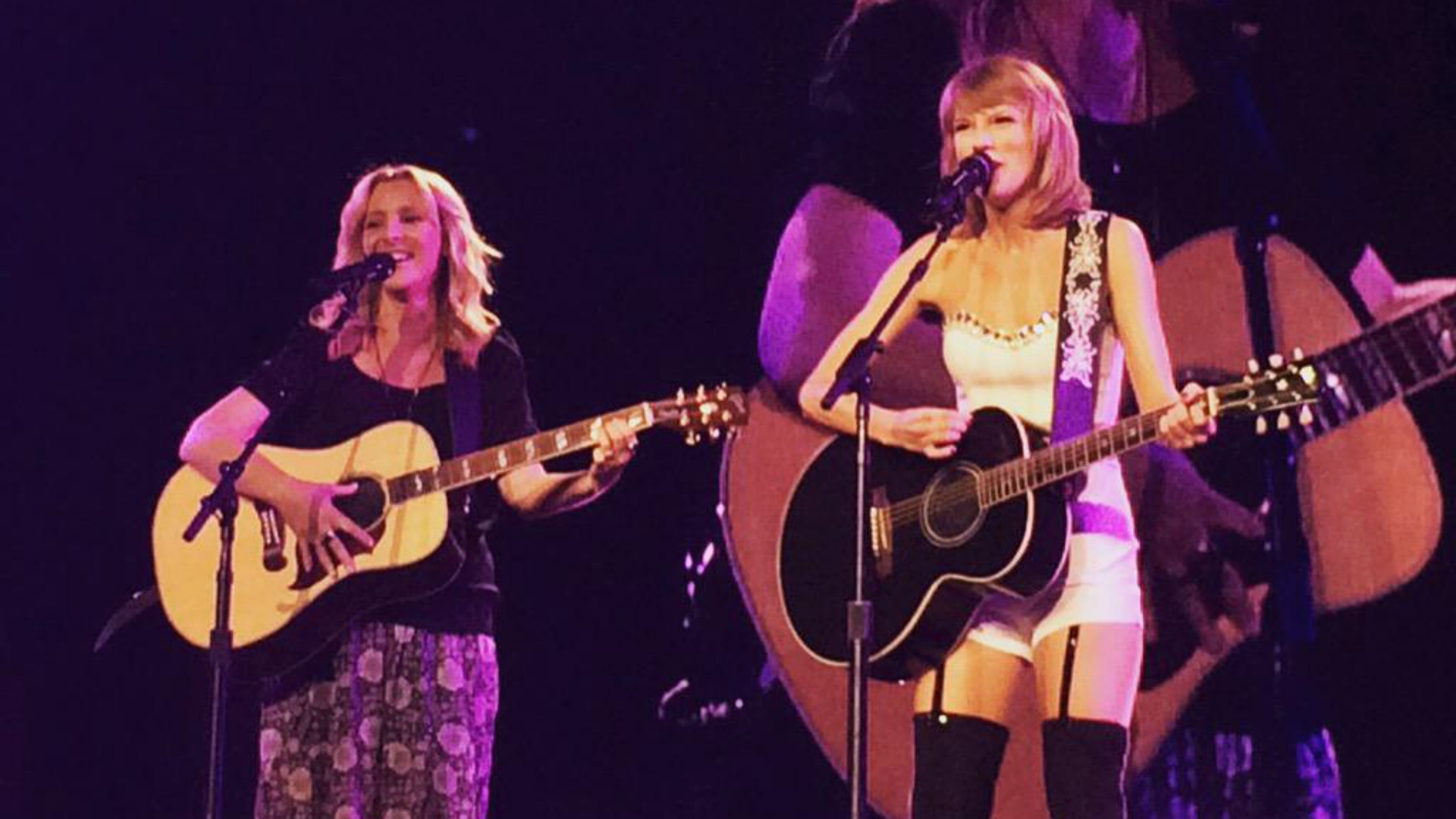 """Taylor Swift canta """"Smelly Cat"""" com atriz de Friends"""