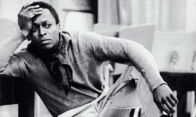 """Sony comete gafe ao chamar Miles Davis de """"icônico cantor""""."""