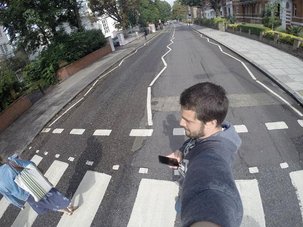 Tony Aiex atravessa a faixa de Abbey Road