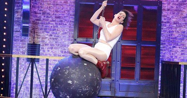 """Anne Hathaway imita Miley Cyrus em """"Lip Sync Battle"""""""