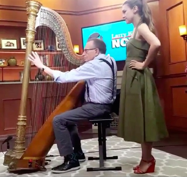 Joanna Newsom ensina Larry King a tocar harpa - assista