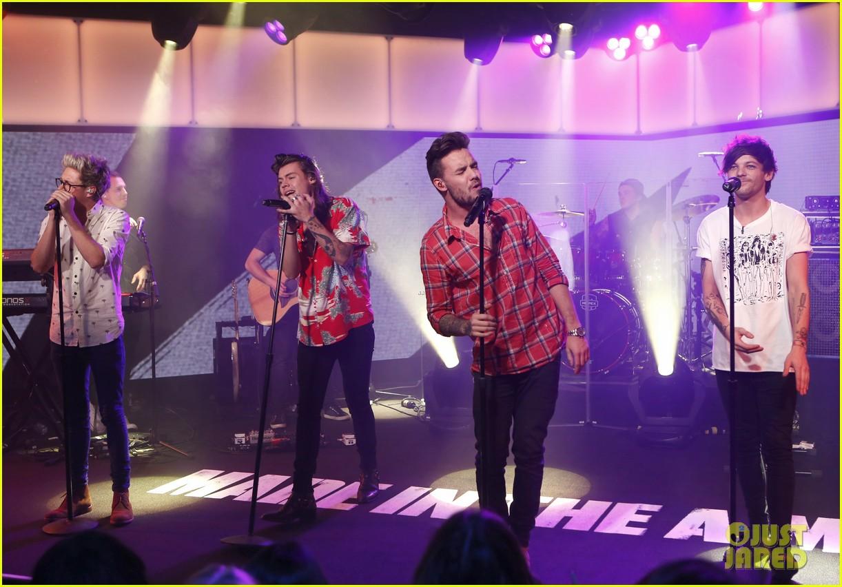 One Direction se apresenta em programa de TV