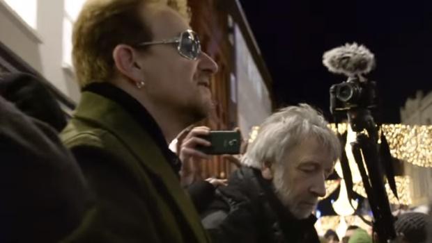 Bono canta nas ruas de Dublin