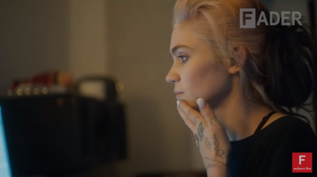 """Grimes lança documentário sobre """"Art Angels"""""""