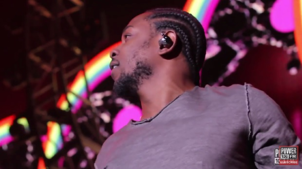 "Kendrick Lamar e Pharrell Williams cantam ""Alright"""