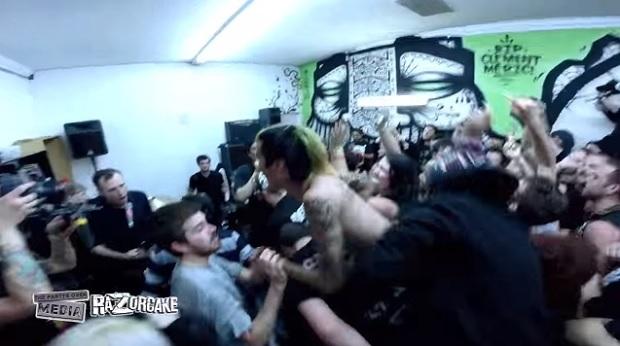 Leftover Crack toca músicas do Operation Ivy com Jesse Michaels