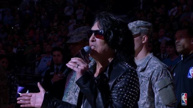 Paul Stanley, do KISS, canta hino dos EUA