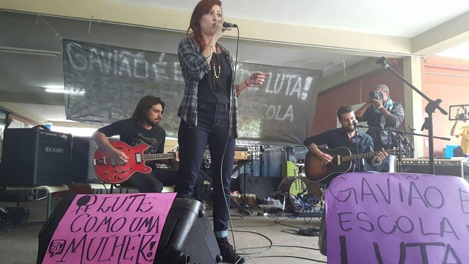 """Pitty e Paulo Miklos tocam """"Polícia"""" em escola ocupada de SP"""