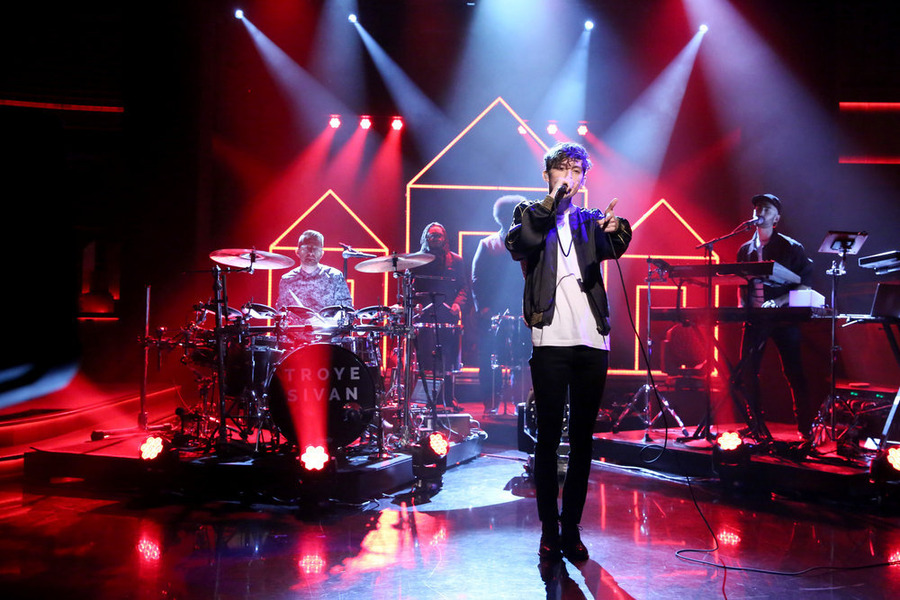 Troye Sivan se apresenta na televisão