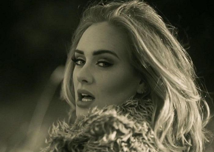 """Adele: """"Hello"""" atinge 1 bilhão de visualizações e quebra mais um recorde"""