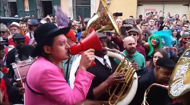 Arcade Fire presta homenagem a David Bowie em New Orleans