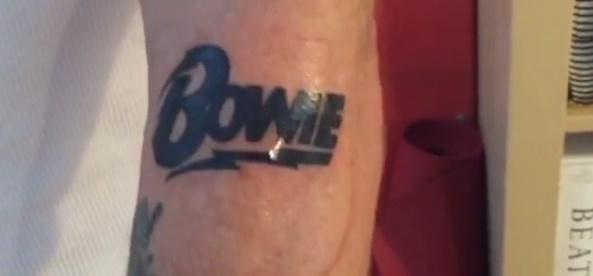 Flea faz tatuagem para homenagear David Bowie