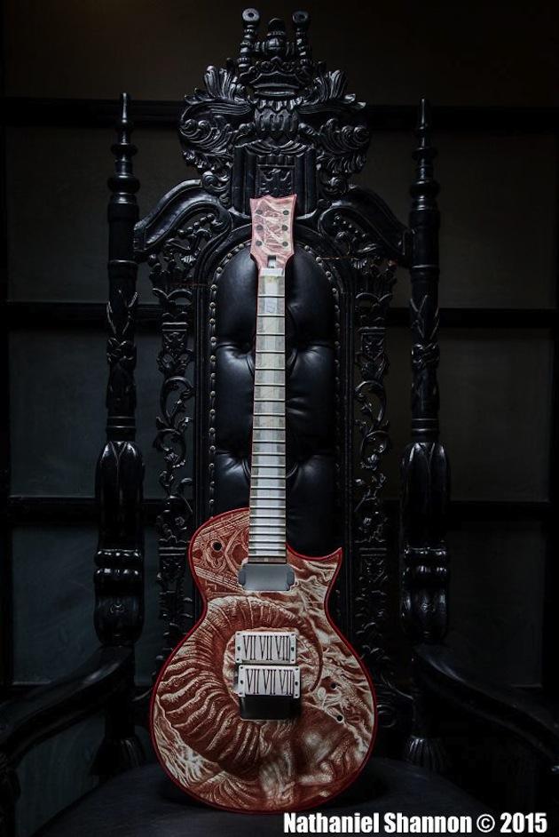 Gary Holt (Slayer/Exodus) mostra guitarra pintada com seu próprio sangue
