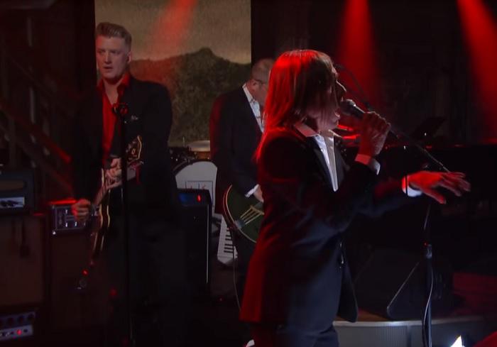 Iggy Pop e Josh Homme tocam nova música em programa de TV