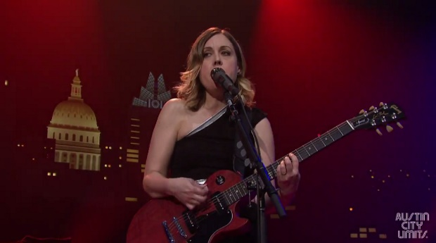 "Sleater-Kinney toca ""I Wanna Be Your Joey Ramone"" e ""Modern Girl"" no ACL"