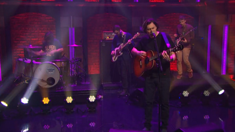 "The Front Bottoms toca ""West Virginia"" no programa de Seth Meyers"