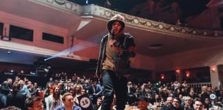 Oliver Sykes, vocalista do Bring Me The Horizon, destrói mesa do Coldplay em premiação