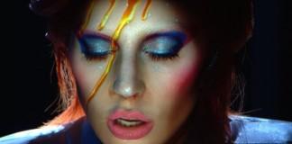 Lady Gaga presta homenagem a David Bowie no Grammy