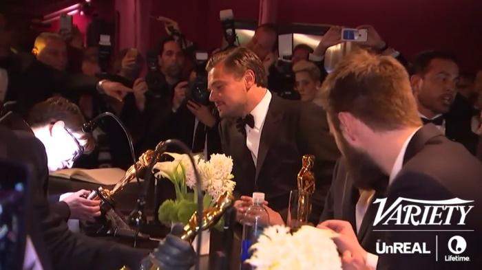 Leonardo DiCaprio observa sua estatueta do Oscar sendo customizada