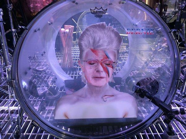 Red Hot Chili Peppers toca David Bowie em show pelo candidato Bernie Sanders