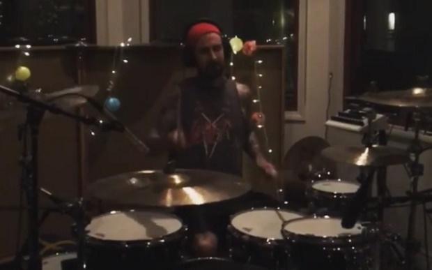 Travis Barker em estúdio com o Blink-182