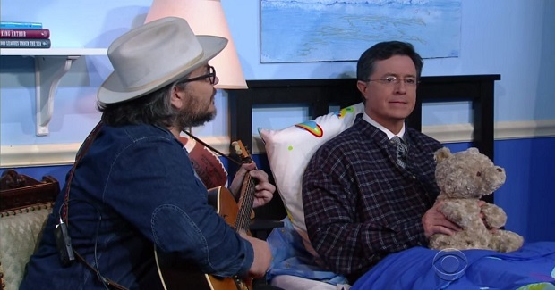 Wilco se apresenta na TV e toca canção de ninar para apresentador