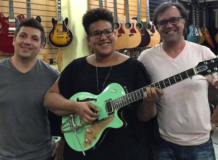 Brittany Howard compra guitarra em SP