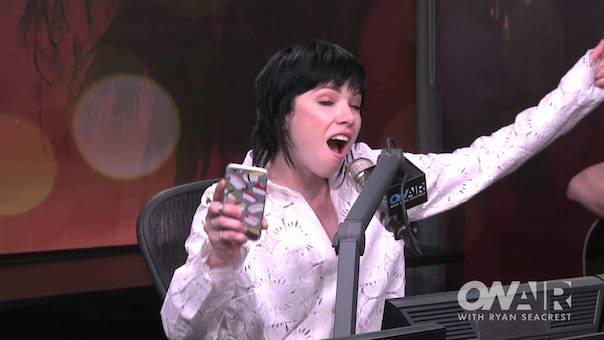 Carly Rae Jepsen canta tema de Fuller House em rádio - assista