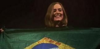 Adele mostra bandeira do Brasil em show na Irlanda