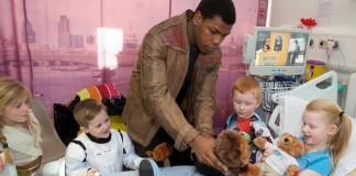 Star Wars: John Boyega visita hospital infantil vestido como Finn