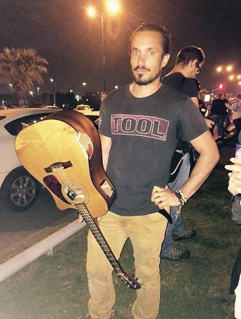 Fã de TOOL para terrorista com violão