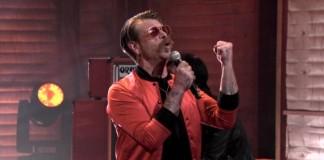 Eagles Of Death Metal toca no programa de Conan O'Brien