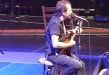 Eddie Vedder do Pearl Jam canta parabéns para a mãe
