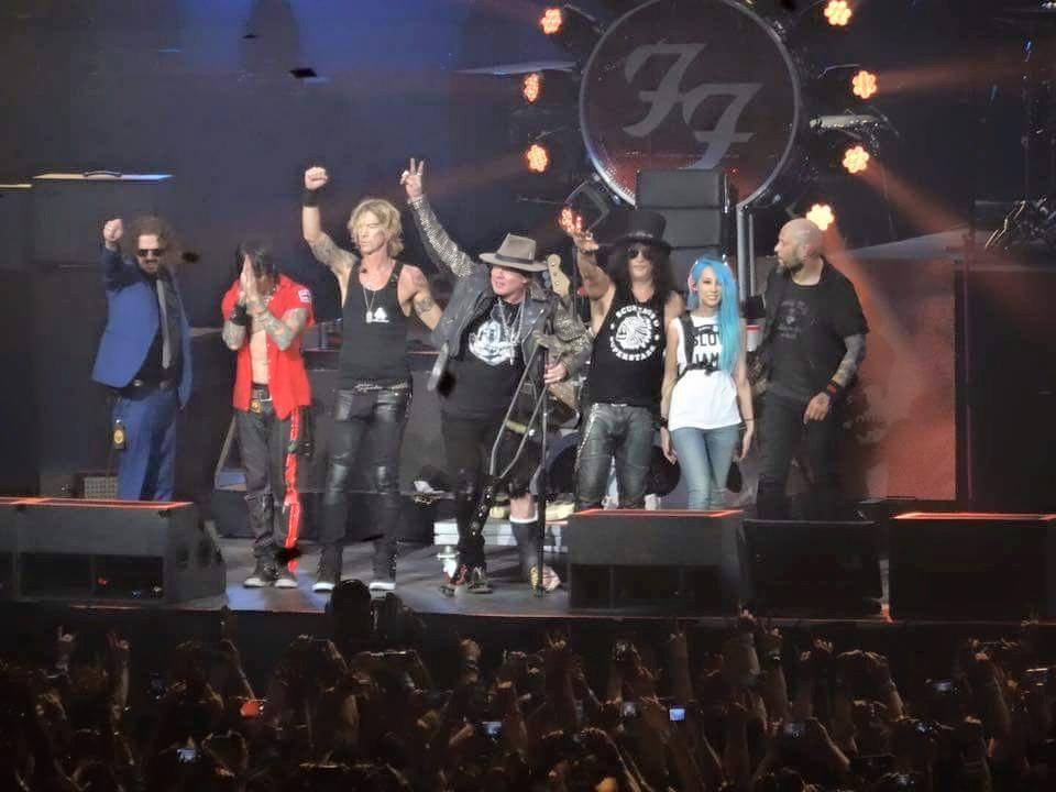 Guns N' Roses em Las Vegas com trono do Foo Fighters
