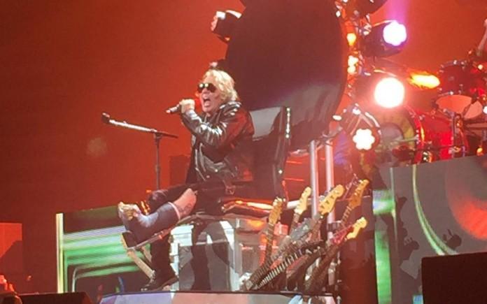 Axl Rose no trono de Dave Grohl em show do Guns N' Roses