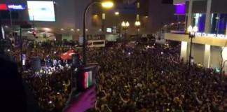 Público canta Prince nas ruas de Minneapolis