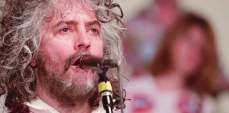 "The Flaming Lips lança clipe para cover de ""Space Oddity"""