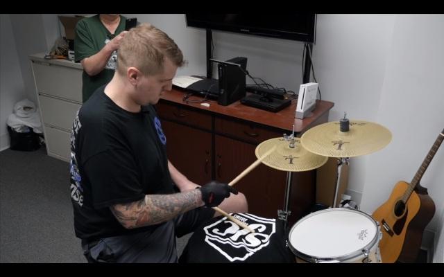 Baterista do The Ghost Inside toca seu instrumento pela primeira vez desde acidente que o fez amputar a perna.