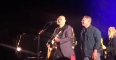 Billy Corgan expulsa fã do palco do Smashing Pumpkins