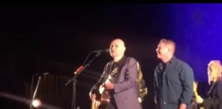 Billy Corgan expulsa fã do palco do Smashing Pumpkins