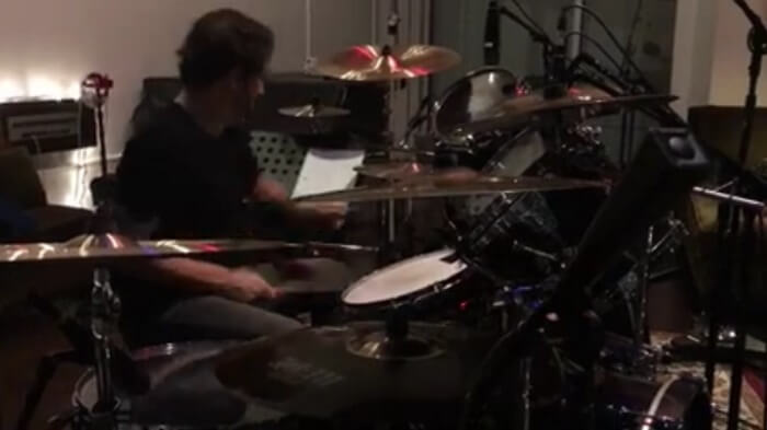 Dave Lombardo toca bateria com o Suicidal Tendencies